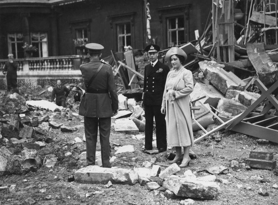 Le roi George VI et la reine consort Elizabeth constastent les dégâts du bombardement du Palais de Buckingham, le 14 septembre 1940
