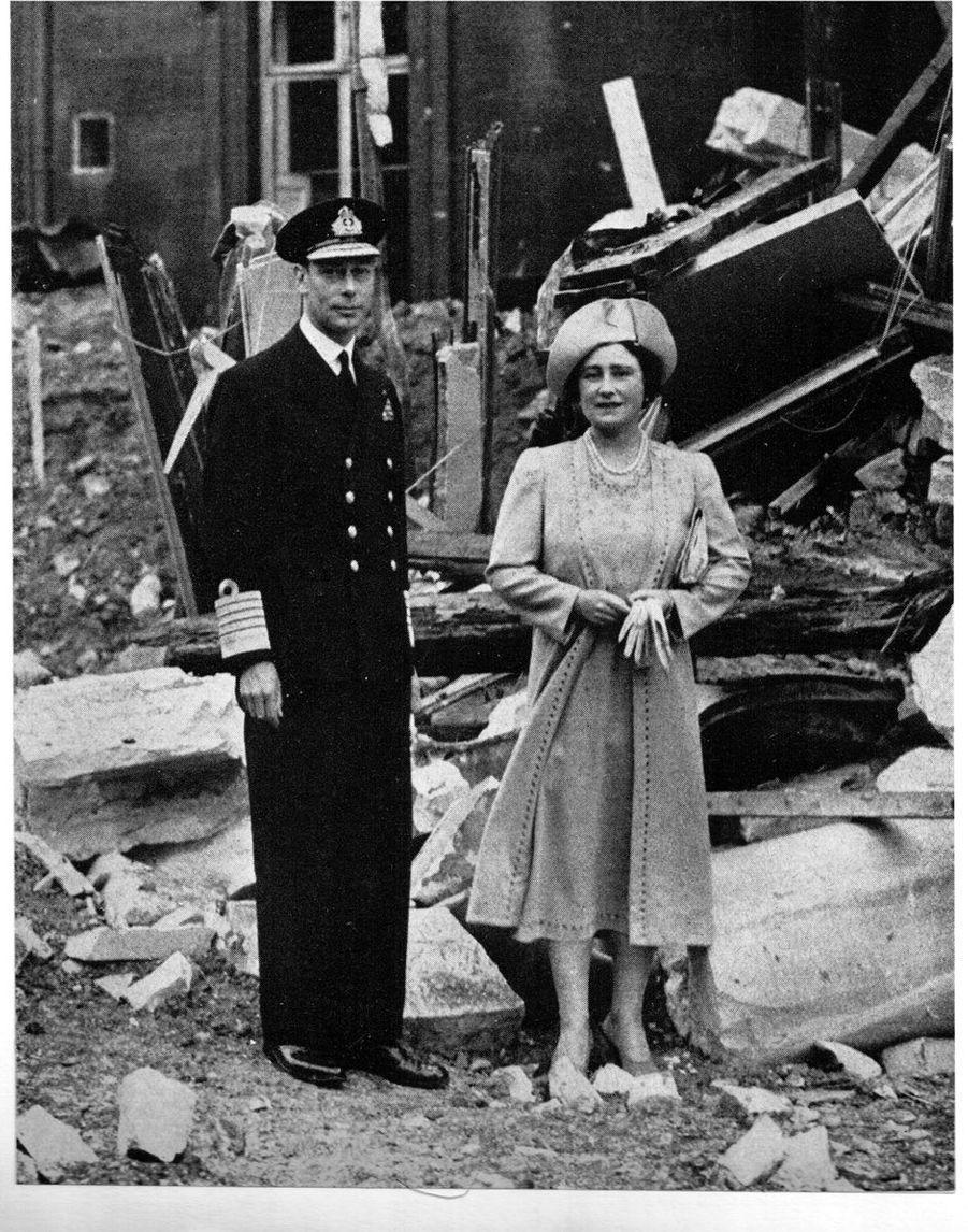 Le roi George VI et la reine consort Elizabeth dans le Palais de Buckingham bombardé, le 14 septembre 1940