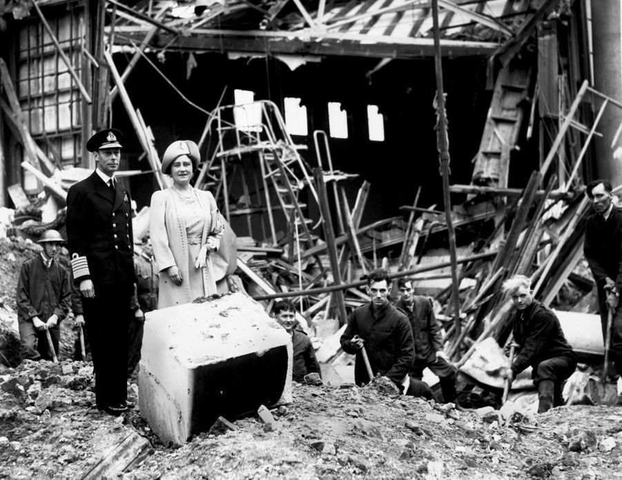 Le roi George VI et la reine consort Elizabeth constatent les dégâts du bombardement de Buckingham Palace à Londres, le 14 septembre 1940