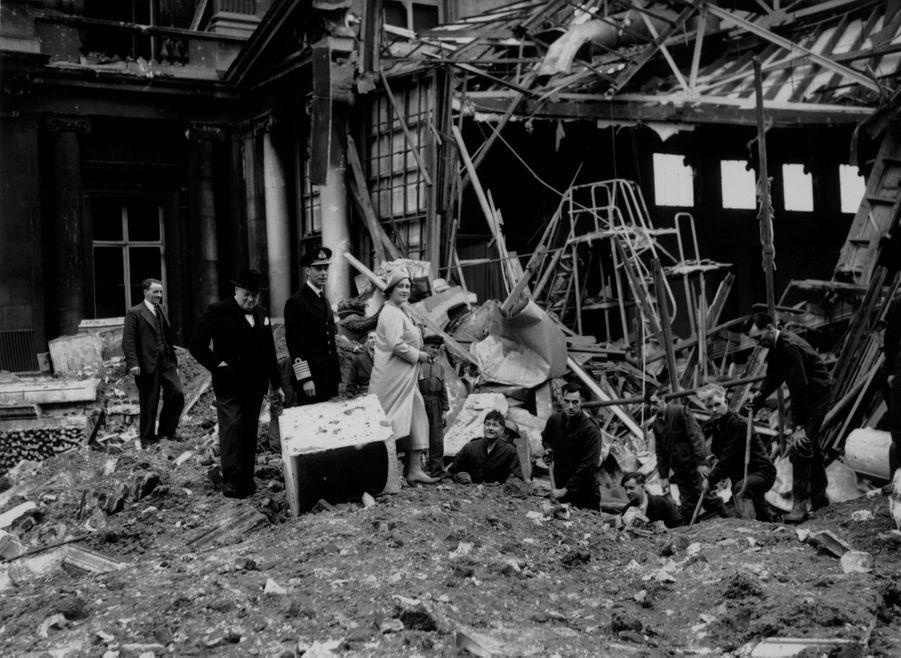 Le roi George VI et la reine consort Elizabeth constastent les dégâts du bombardement du Palais de Buckingham à Londres, le 14 septembre 1940
