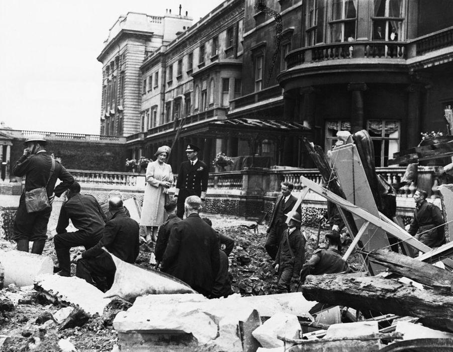 Le roi George VI et la reine consort Elizabeth constatent les dégâts du bombardement du Palais de Buckingham à Londres, le 14 septembre 1940