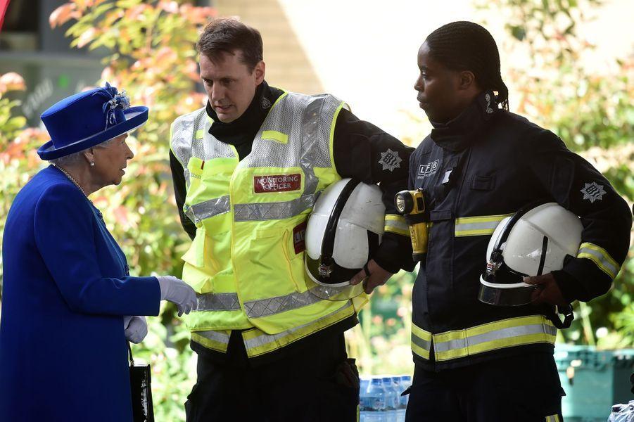 La reine Elizabeth II au Westway Sports Centre à Londres le 16 juin 2017
