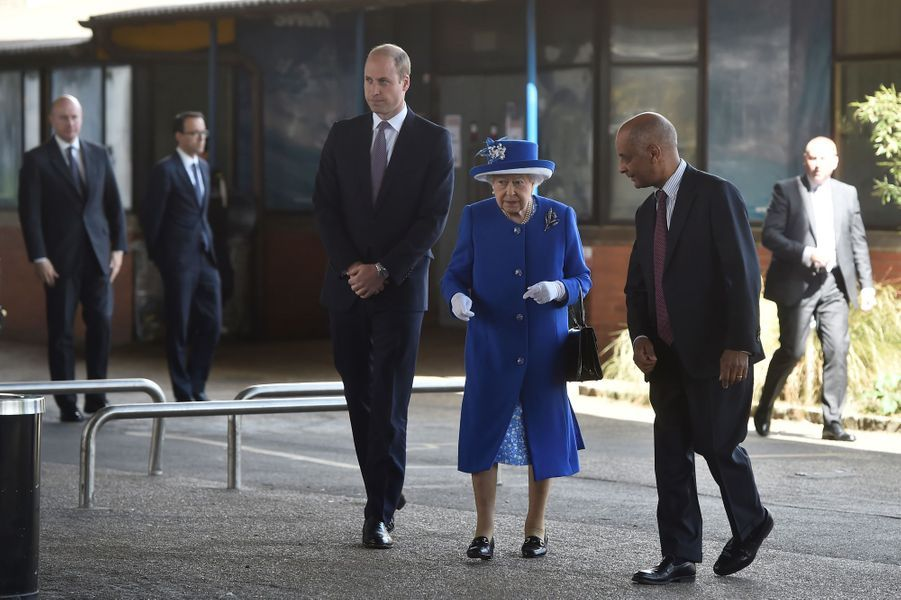 La reine Elizabeth II et le prince William au Westway Sports Centre à Londres le 16 juin 2017
