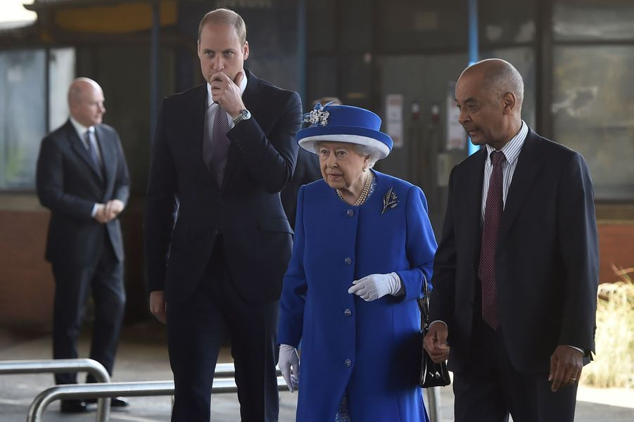 La reine Elizabeth II et le prince William au Westway Sports Centre à Londres, le 16 juin 2017