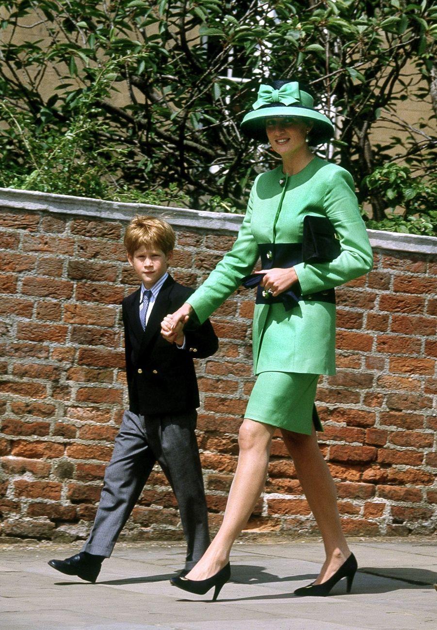 La princesse Diana, photographiée par Jayne Fincher, à Windsor avec son fils Harry le 18 juillet 1992.