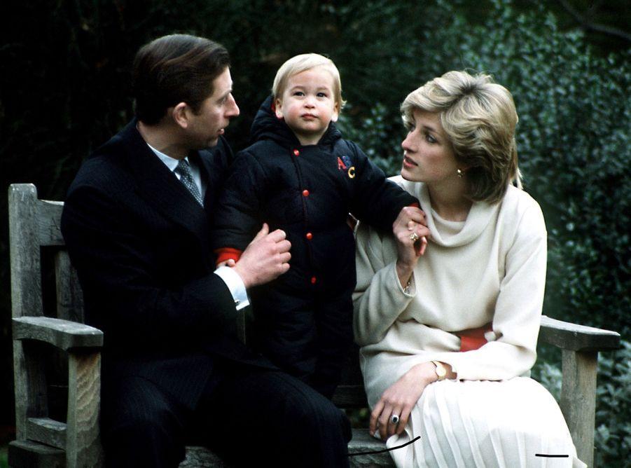La princesse Diana, photographiée par Jayne Fincher, lors de la première séance photo pour la presse du prince William, le 14 décembre 1983.