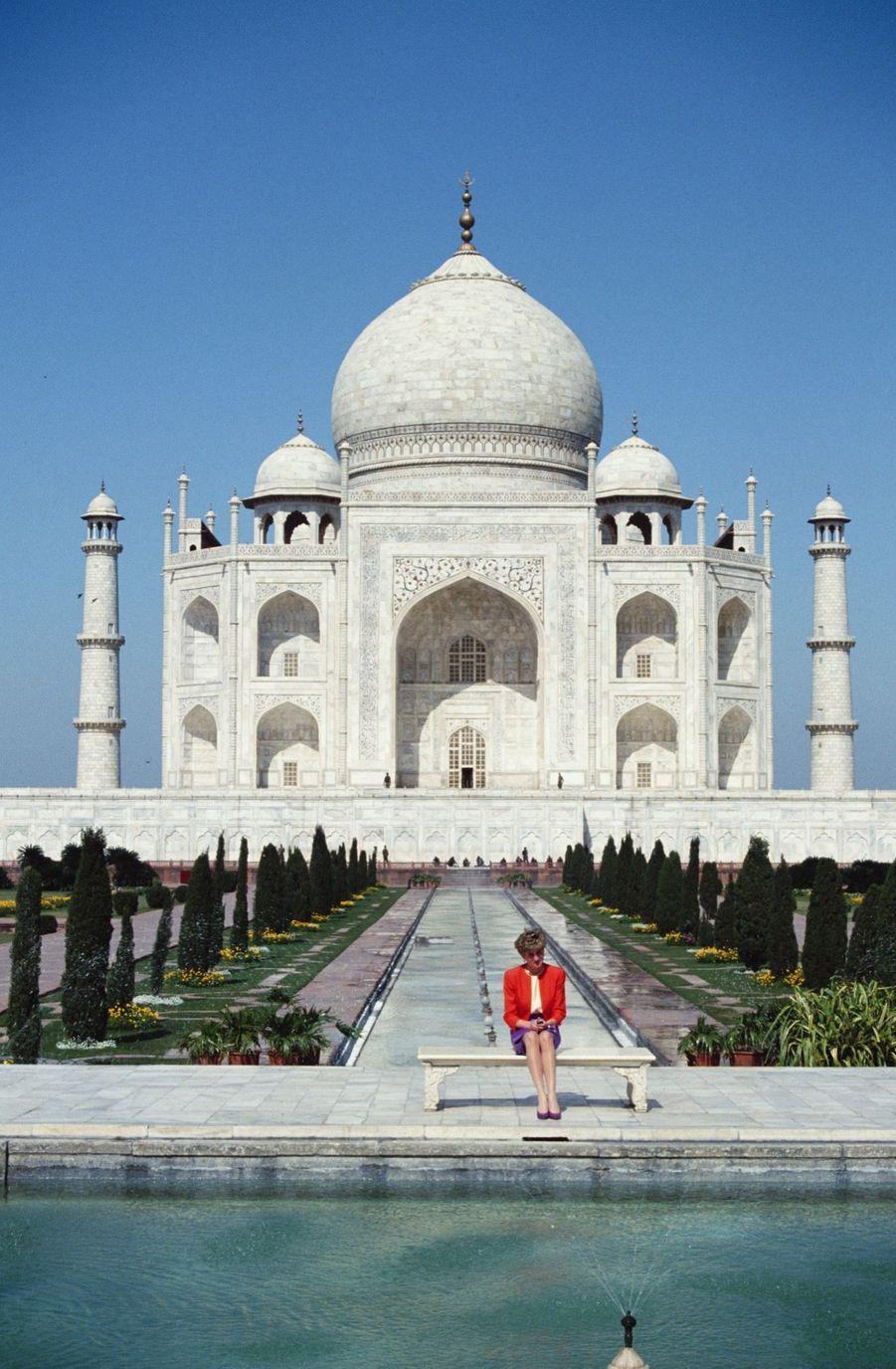 La princesse Diana, photographiée par Jayne Fincher, seule devant le Taj Mahal en Inde, le 11 février 1992.