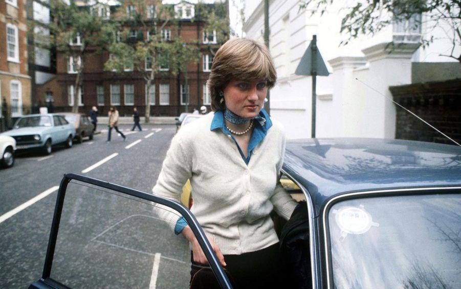 Diana Spencer, photographiée par Jayne Fincher, devant son appartement de Coleherne Court, à Londres, en décembre 1980.