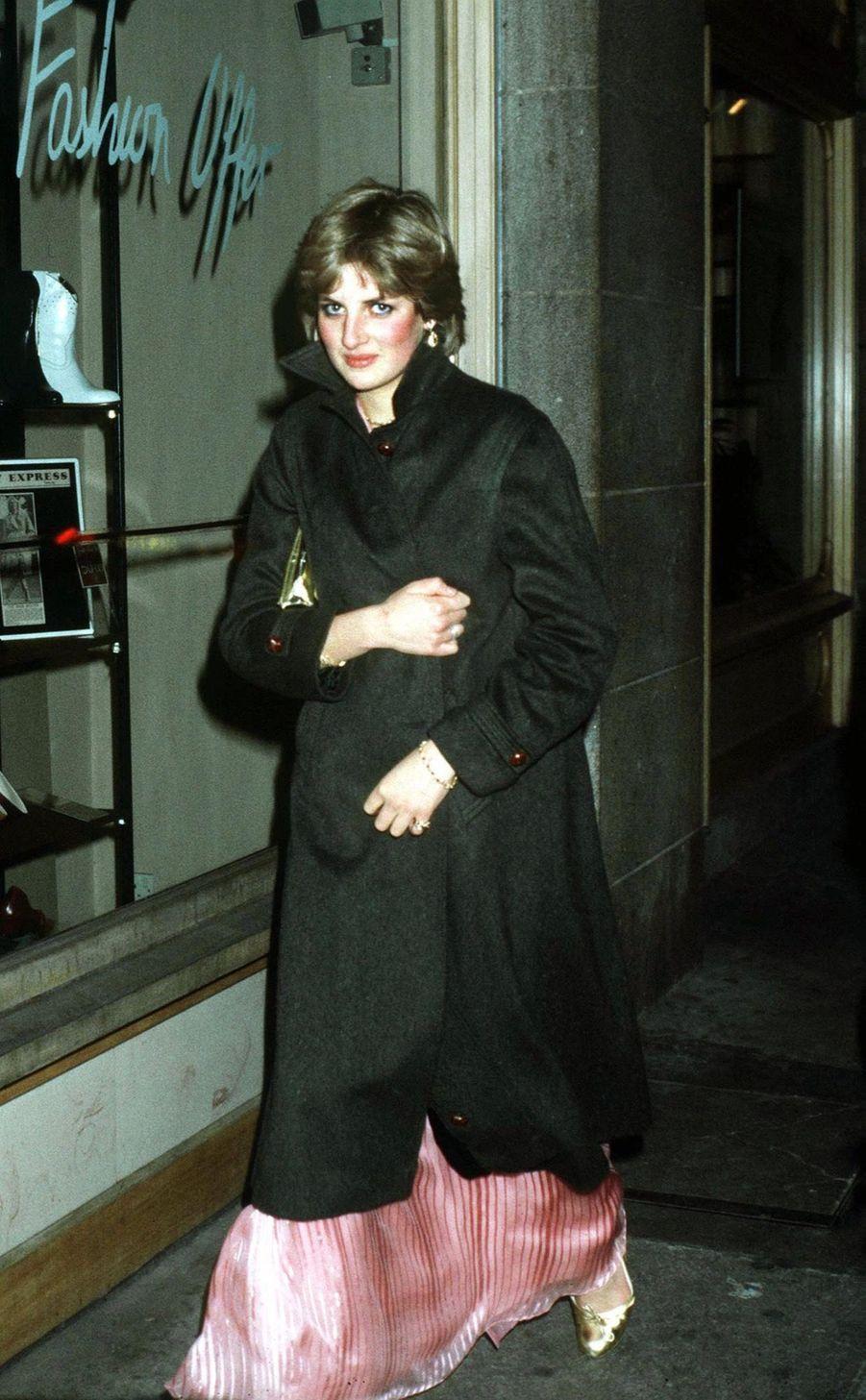 Diana Spencer, photographiée par Jayne Fincher, quitte le Ritz de Londres, après avoir assisté à la fête du 50ème anniversaire de la Princesse Margaret, le 5 novembre 1980. Il s'agit de l'une des toutes premières photos prises après le début de sa relation amoureuse avec le prince Charles.