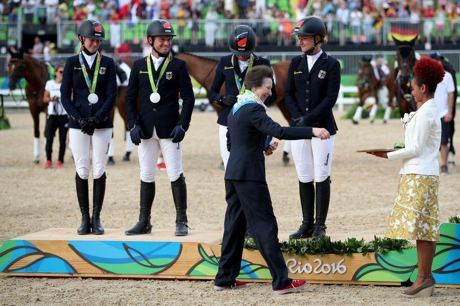 La princesse Anne remet la médaille d'argent du Concours complet par équipe à l'équipe allemande à Rio de Janeiro, le 9 août 2016