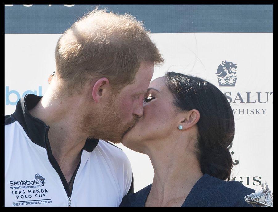 Le baiser de Meghan et Harry à La Sentebale Polo Cup le 25 juillet 2018