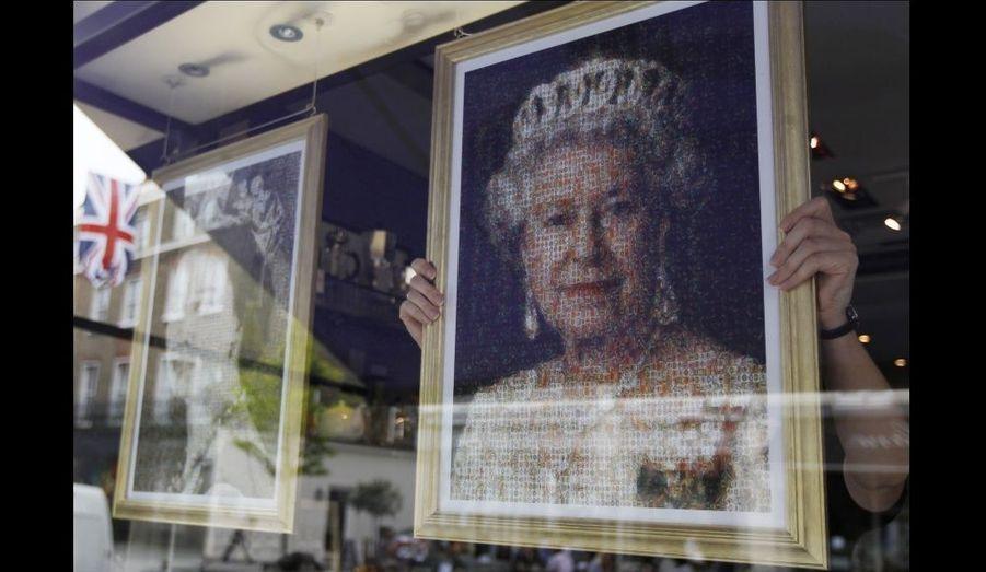 Un portrait de la reine, fait à partir de minuscules étiquettes de cigares, exposé dans un magasin spécialisé.