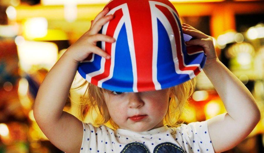 A deux jours des célébrations du jubilé de diamant de la reine Elizabeth II, les sujets de sa Majesté se préparent aux festivités. Décorations des boutiques, commerces aux couleurs de l'Union Jack, rues transformées… Découvrez en images l'enthousiasme des britanniques. Ci-contre, Scarlett Rose, 2 ans, se prépare à Sunbury-on-Thames.