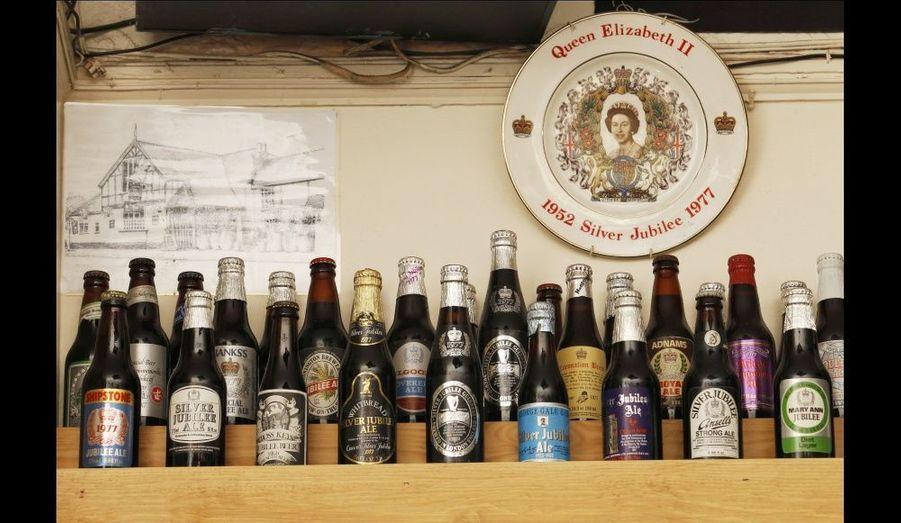 Des bouteilles de bière originales, célébrant le jubilé d'argent de la reine.