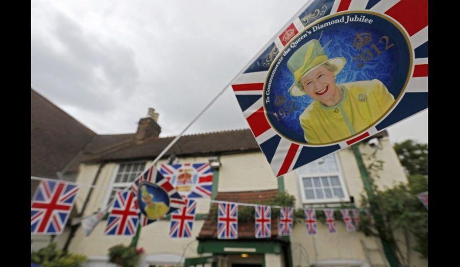 """Le pub """"jubilé"""" de la ville a été décoré aux couleurs du royaume."""