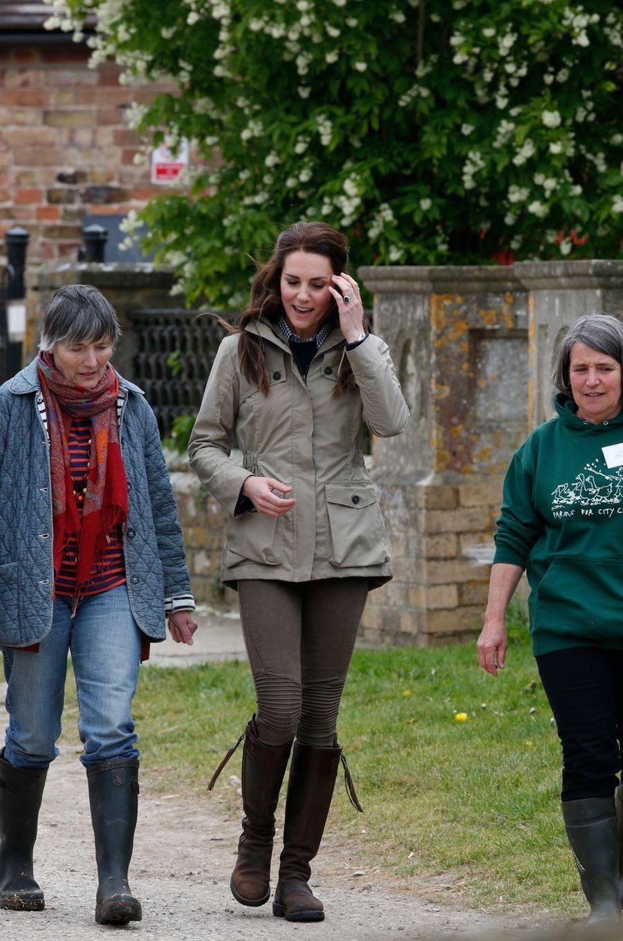 La duchesse de Cambridge, née Kate Middleton, visite une ferme à Arlingham, le 3 mai 2017