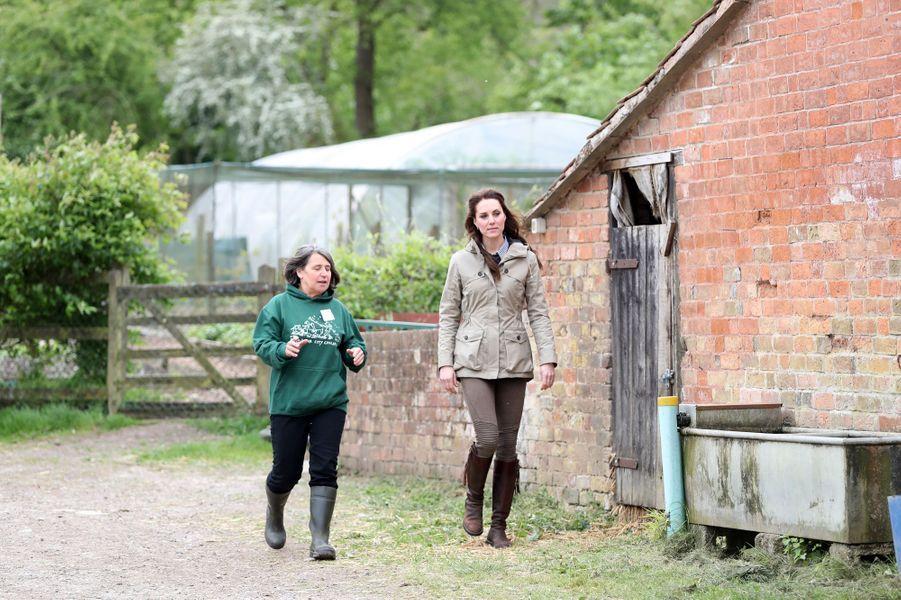 La duchesse de Cambridge, née Kate Middleton, dans une ferme à Arlingham, le 3 mai 2017