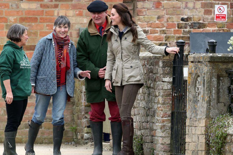 La duchesse de Cambridge, née Kate Middleton, en look country à Arlingham, le 3 mai 2017