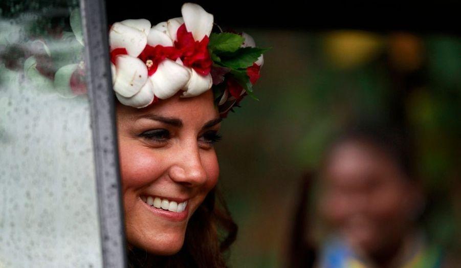 """On l'a dite furieuse, choquée, blessée par la diffusion de ses photos de vacances, où elle apparait seins nus. Certes, elle ne s'est pas laissée déstabiliser par la controverse, et elle a fait le """"job"""" comme disent les Britanniques. Certes elle avait souri ce week-end, mais sans cette étincelle qu'elle a d'habitude dans les yeux. Ce lundi, c'est une Kate rayonnante qui est apparue lors de sa visite des îles Salomon dans le Pacifique, dernière étape de sa tournée pour le Jubilé de la Reine avant les Tuvalu et le retour sur son île..."""