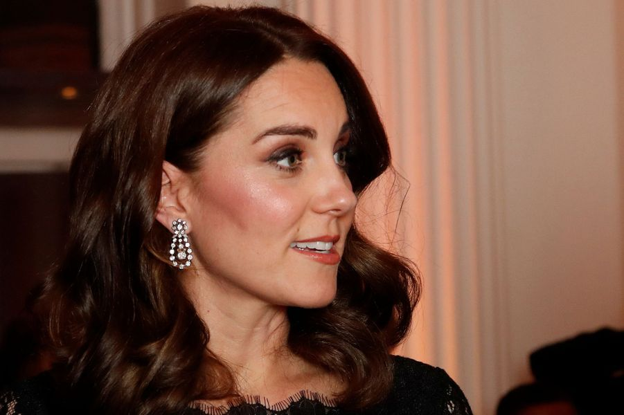Les boucles d'oreille de la duchesse Catherine de Cambridge à Londres, le 7 novembre 2017