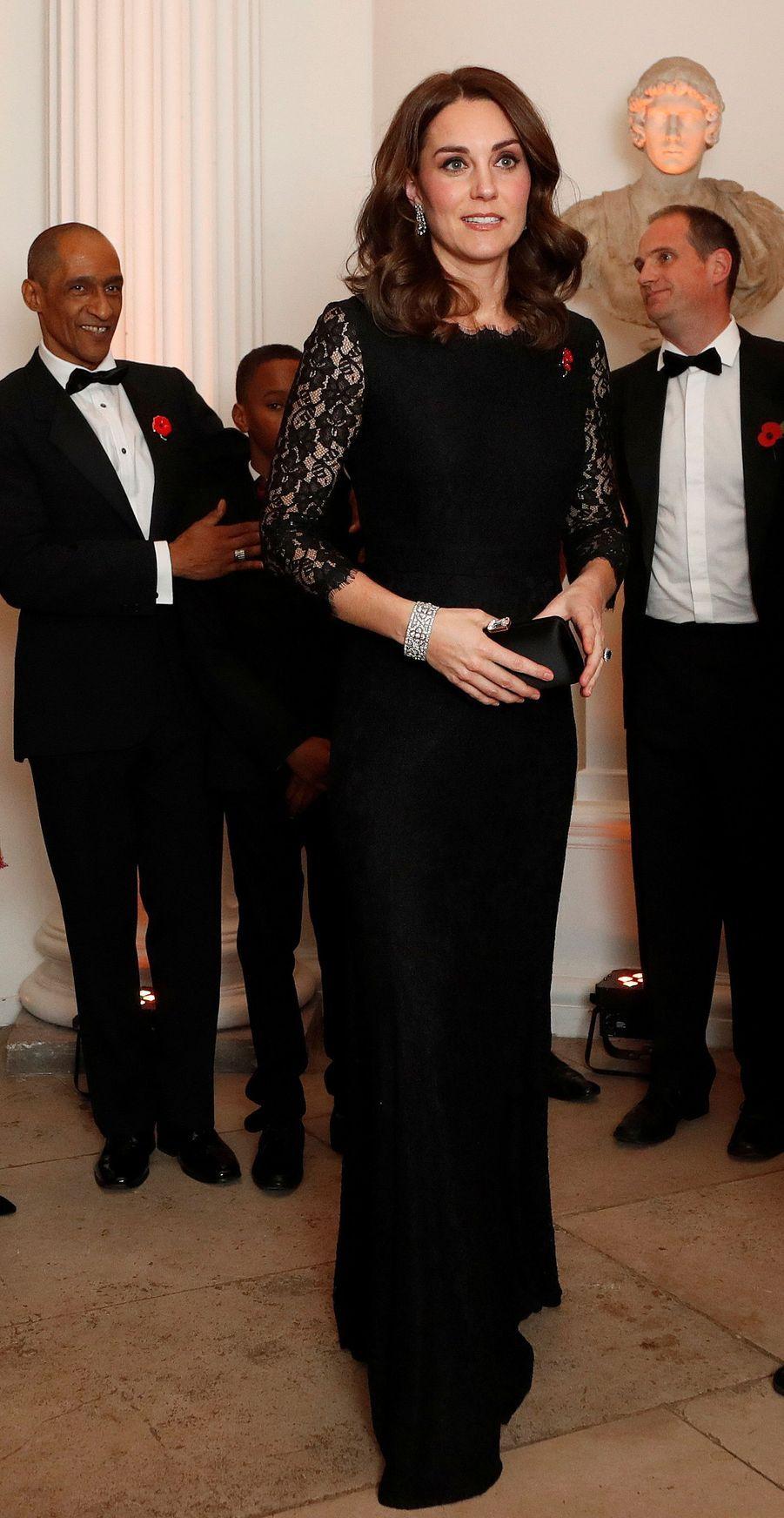 La duchesse Catherine de Cambridge, enceinte, dans une robe de Diane von Furstenberg, à Londres le 7 novembre 2017