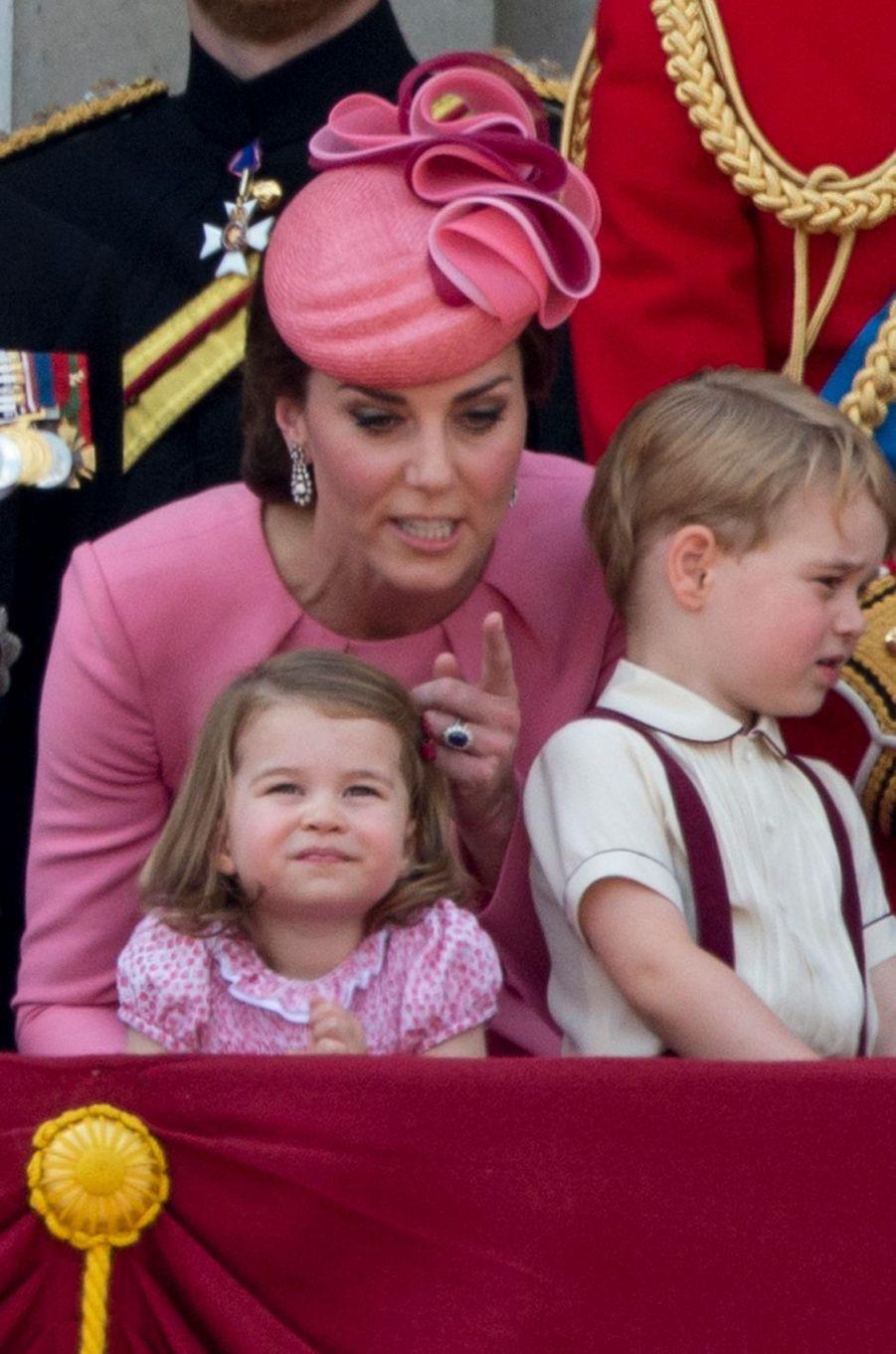 La duchesse Catherine de Cambridge avec ses enfants la princesse Charlotte et le prince George à Londres, le 17 juin 2017