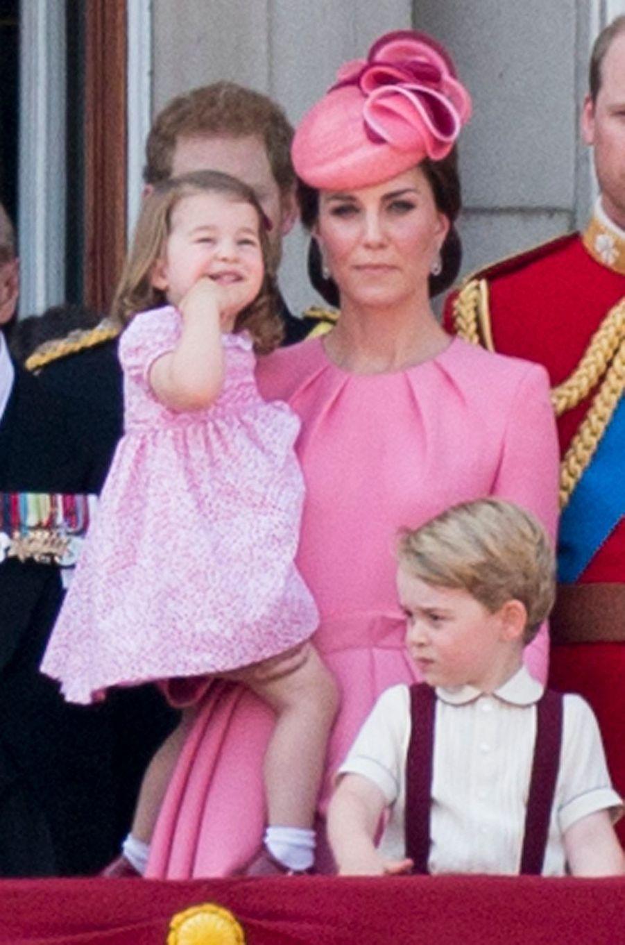 Kate Middleton avec ses enfants la princesse Charlotte et le prince George à Londres, le 17 juin 2017