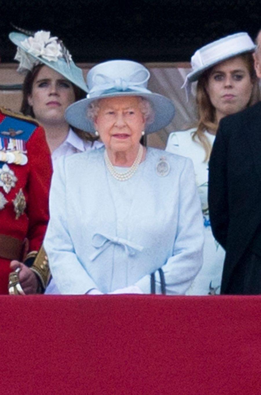 La reine Elizabeth II avec ses petites-filles les princesses Eugenie et Beatrice d'York à Londres, le 17 juin 2017