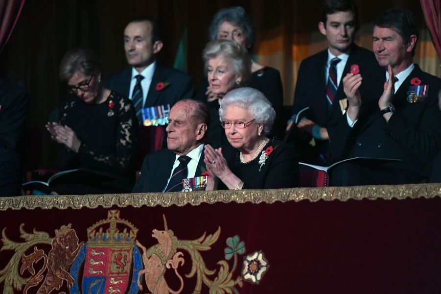 La reine Elizabeth II avec le prince Philip et la famille royale britannique à Londres, le 12 novembre 2016