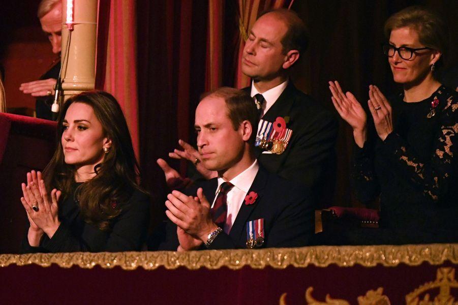 La duchesse Catherine de Cambridge et la comtesse Sophie de Wessex avec les princes William et Edward à Londres, le 12 novembre 2016