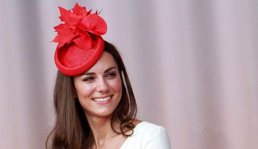 En visite officielle au Canada en compagnie de son époux le prince William, la duchesse de Cambridge a séduit les Canadiens par sa simplicité et sa tenue vestimentaire aux couleurs du pays à la feuille d'érable.