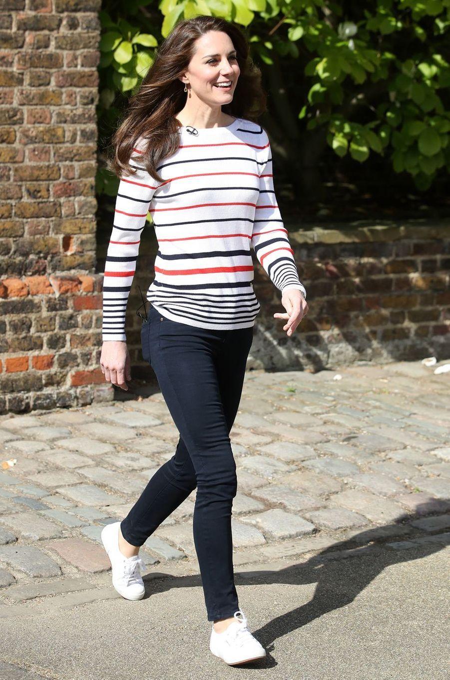 La duchesse de Cambridge, née Kate Middleton, chaussée de ses Superga à Londres, le 19 avril 2017