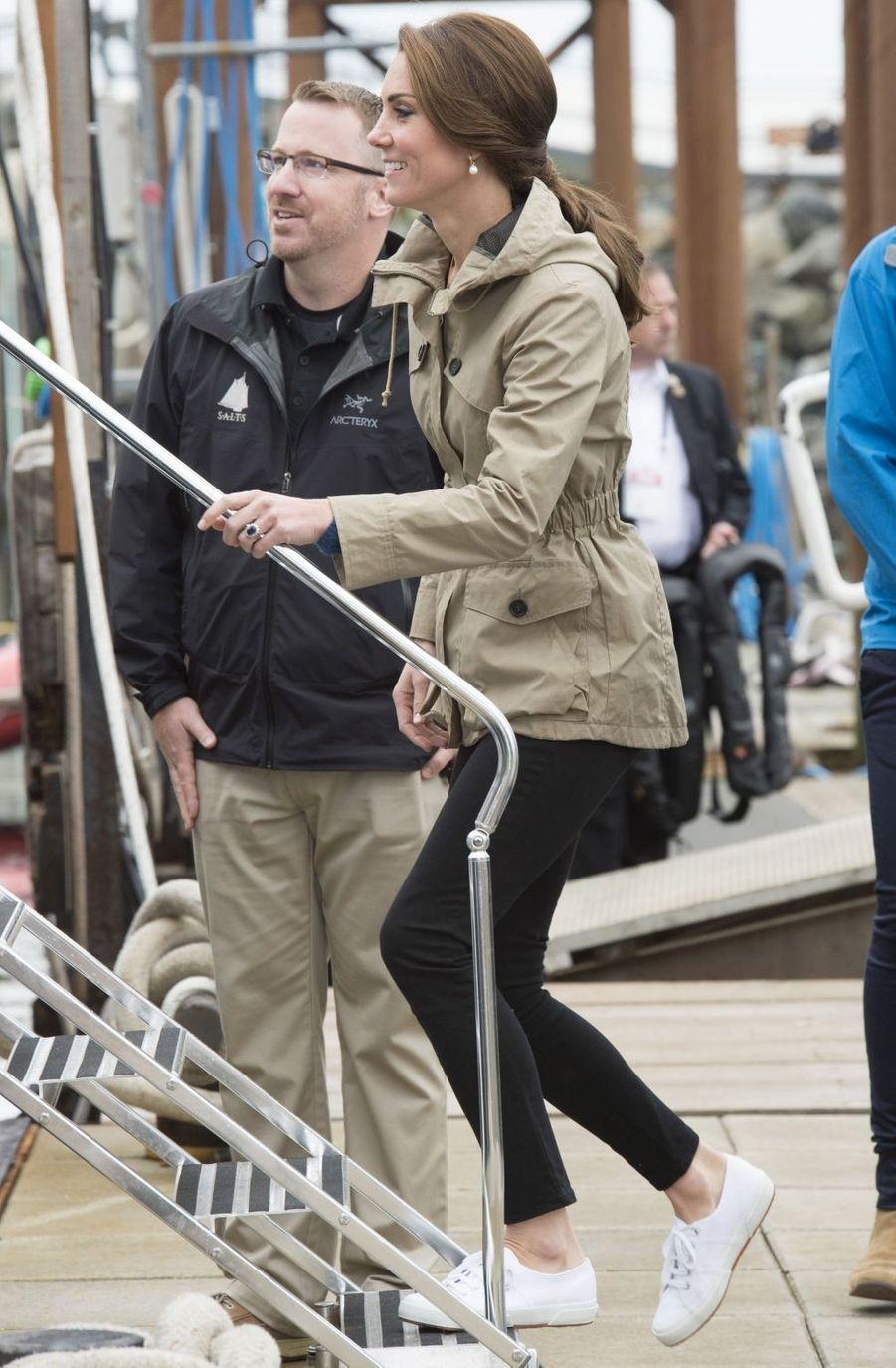 Première apparition de la duchesse de Cambridge, née Kate Middleton, chaussée de ses Superga, à Victoria le 1er octobre 2016