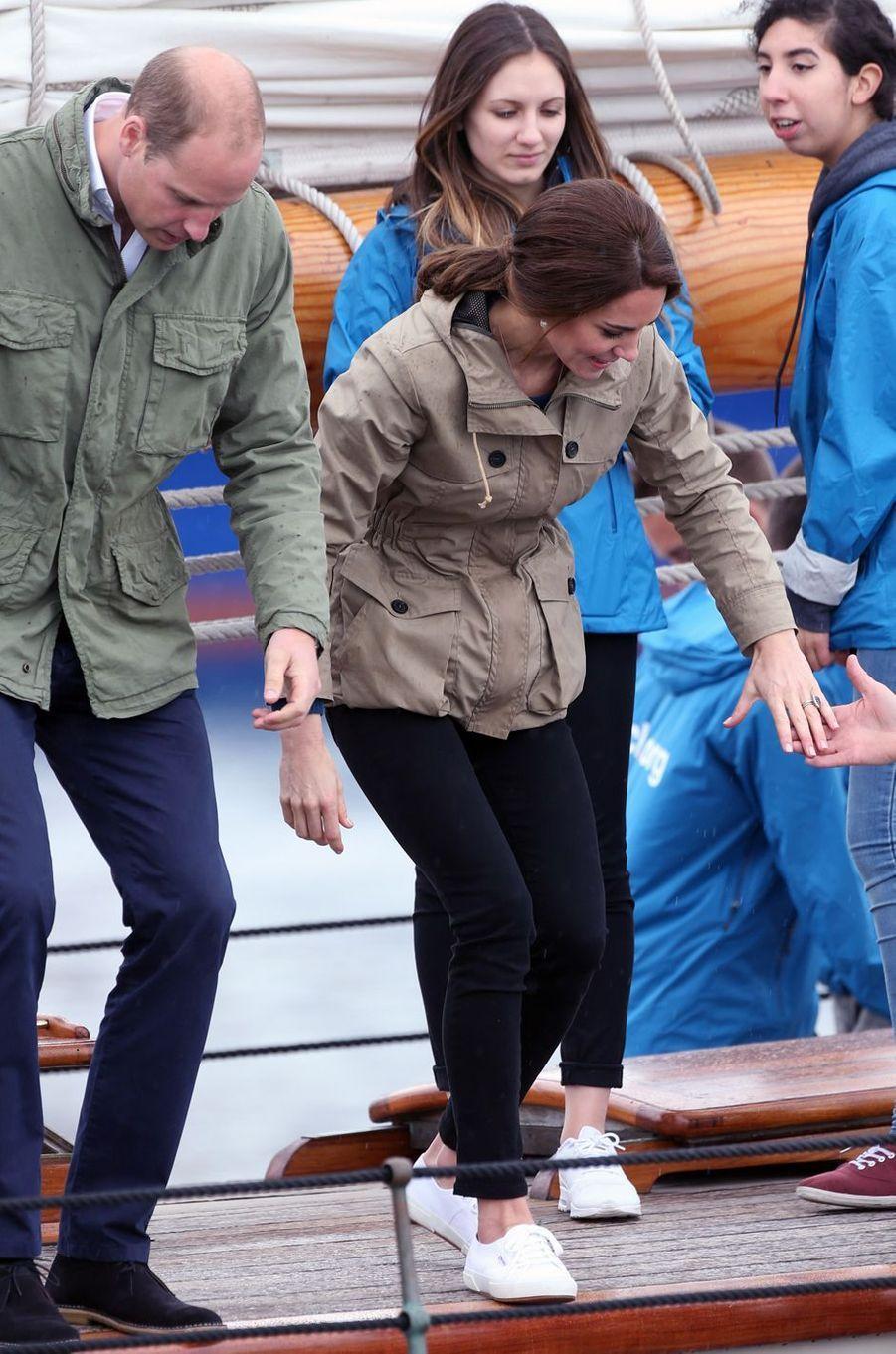 La duchesse de Cambridge, née Kate Middleton, avec ses Superga à Victoria, le 1er octobre 2016