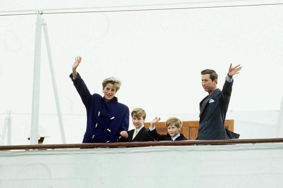 La princesse Diana et le prince Charles avec leurs fils les princes William et Harry au Canada, le 27 octobre 1991