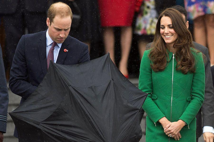 Prévenant, le Prince William a ouvert son parapluie pour son épouse, alors qu'une averse débutait.