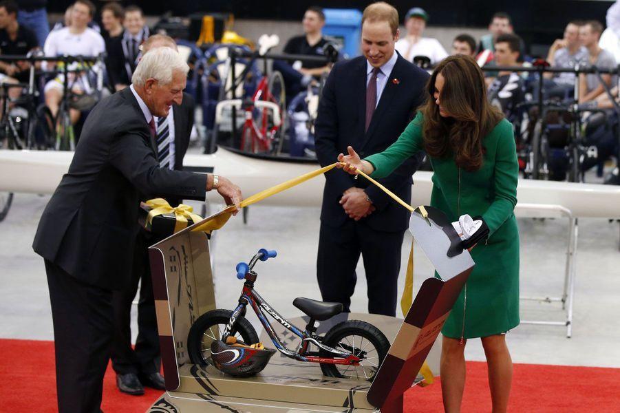 Un beau cadeau pour le prince George : une bicyclette toute neuve.