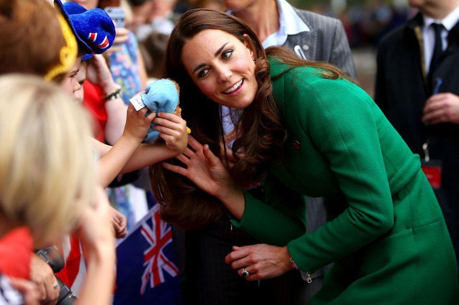Toujours en visite en Nouvelle-Zélande aux côtés du prince William et de leur fils, le prince George, Kate est allée samedi à la rencontre des Néo-Zélandais. Ici, la duchesse de Cambridge vient à la rencontre de jeunes admirateurs, avant la visite d'un centre dédié au cyclisme à Cambridge, une ville du nord du pays.