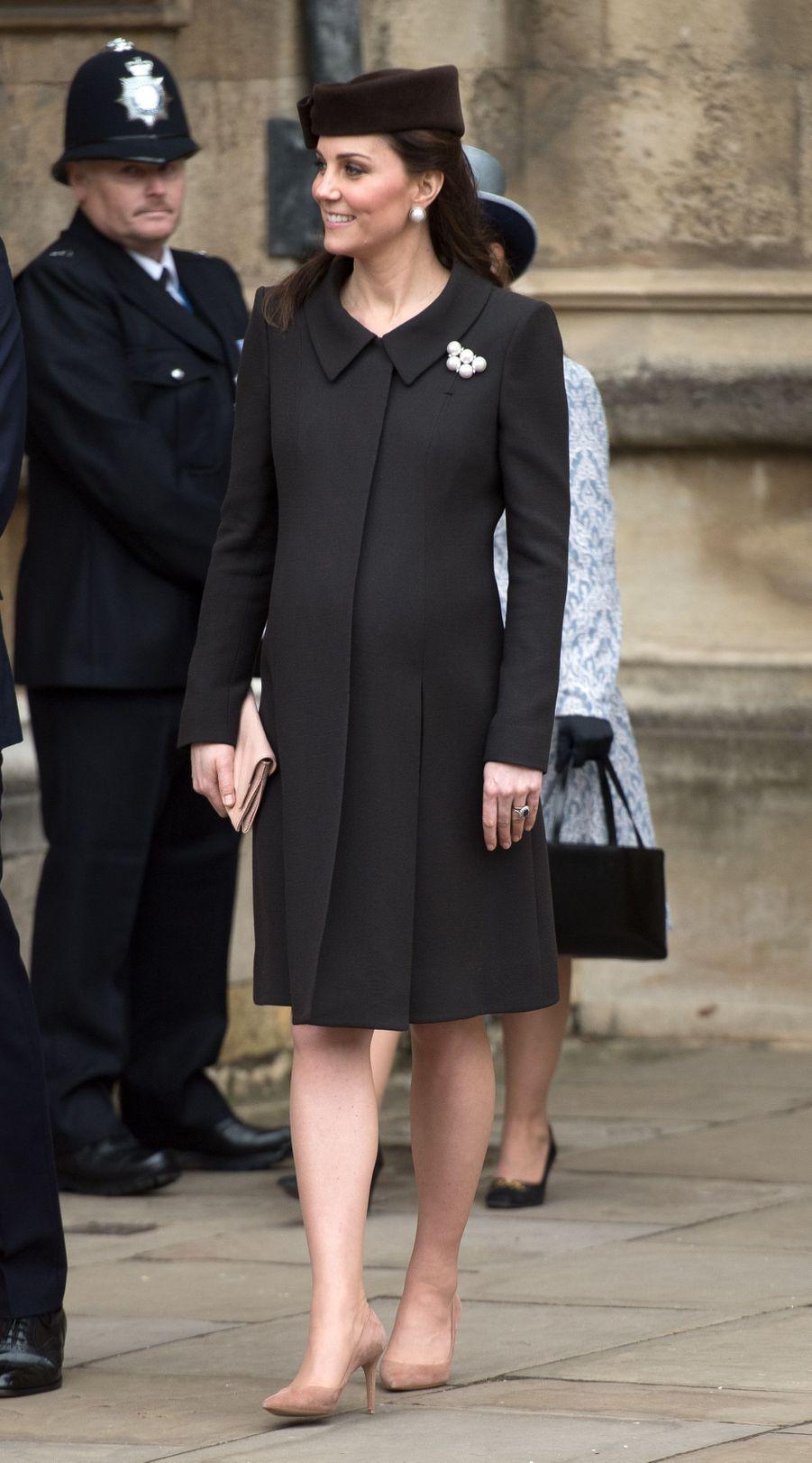 La duchesse Catherine de Cambridge, enceinte en Catherine Walker, à Windsor le 1er avril 2018