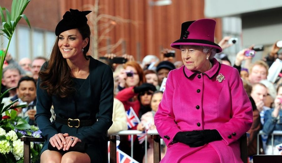 Kate a accompagné jeudi Elizabeth à Leicester, dans le centre de l'Angleterre, pour le lancement de sa tournée du Royaume-Uni, à l'occasion de son jubilé de Diamant. La reine, qui célèbre cette année les 60 ans de son règne, était accompagné de Philip, qui sera à ses côtés lors de ces différents voyages dans le pays. Chaque grande région britannique recevra Elizabeth II pour marquer l'évènement, tandis que les autres membres de la famille royale iront la représenter dans le Commonwealth.