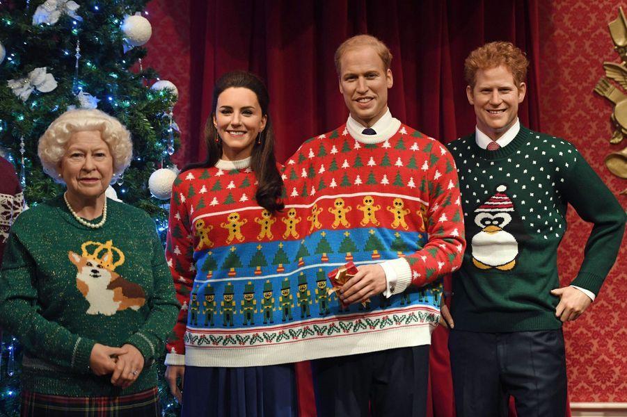Les statues de cire de la reine Elizabeth II, Kate, William et Harry, au musée Madame Tussauds à Londres en habits de Noël, le 6 décembre 2016