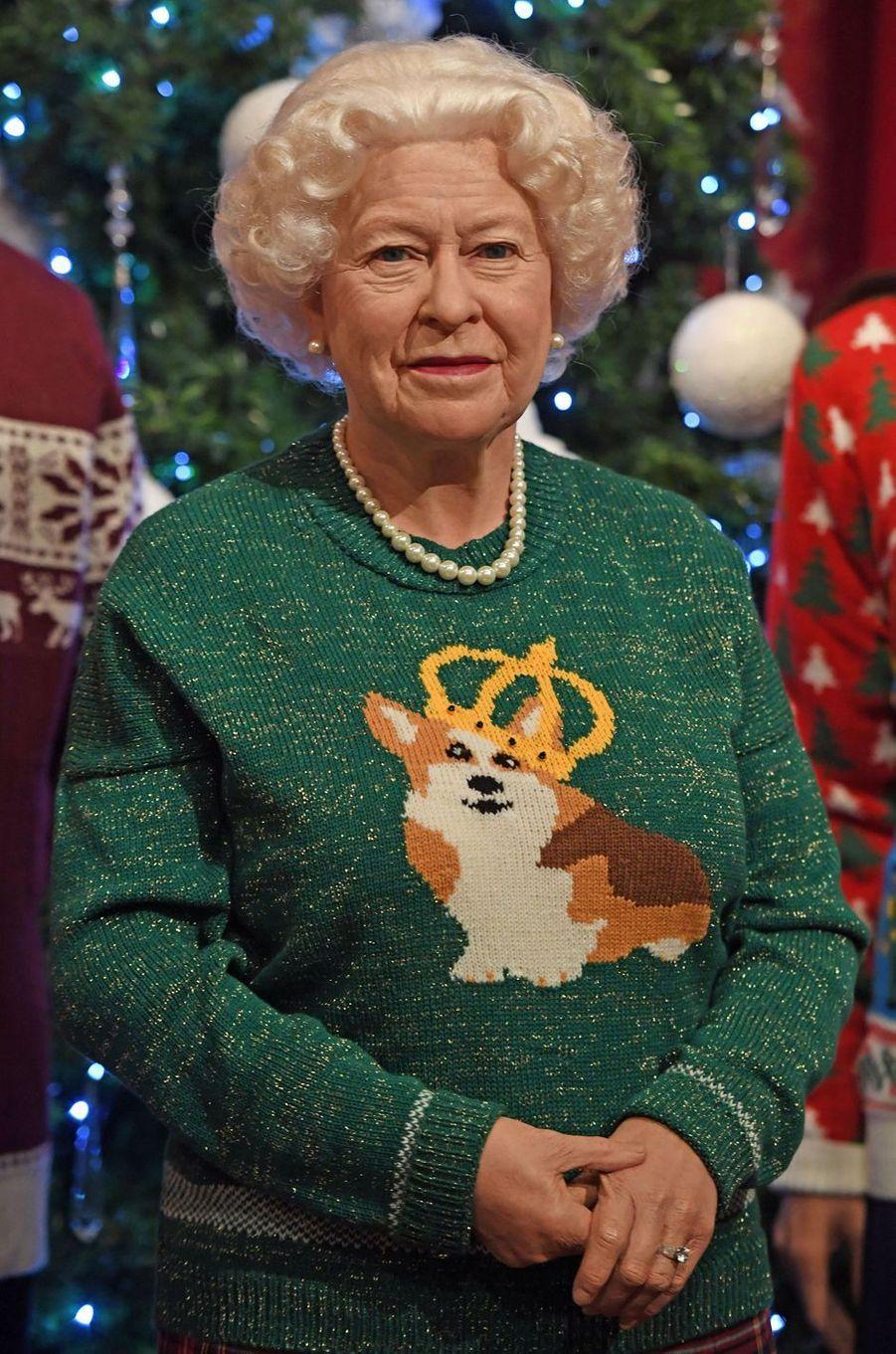 La statue de cire de la reine Elizabeth II au musée Madame Tussauds à Londres en habits de Noël, le 6 décembre 2016
