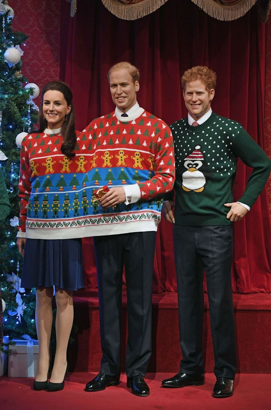 Les statues de cire de Kate Middleton et des princes William et Harry, au musée Madame Tussauds à Londres en habits de Noël, le 6 décembre 2016