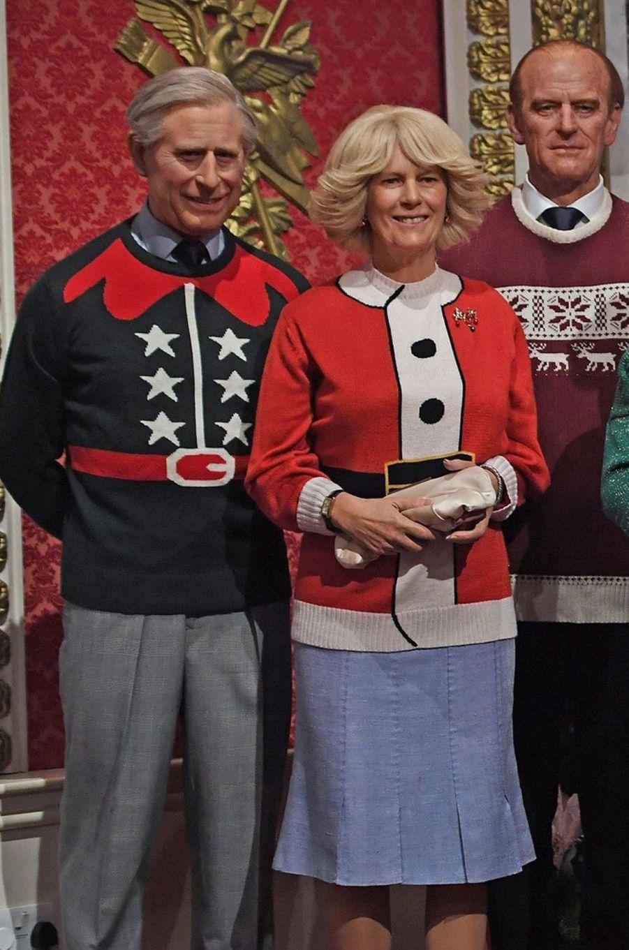 Les statues de cire de Camilla et des princes Charles et Philip au musée Madame Tussauds à Londres en habits de Noël, le 6 décembre 2016
