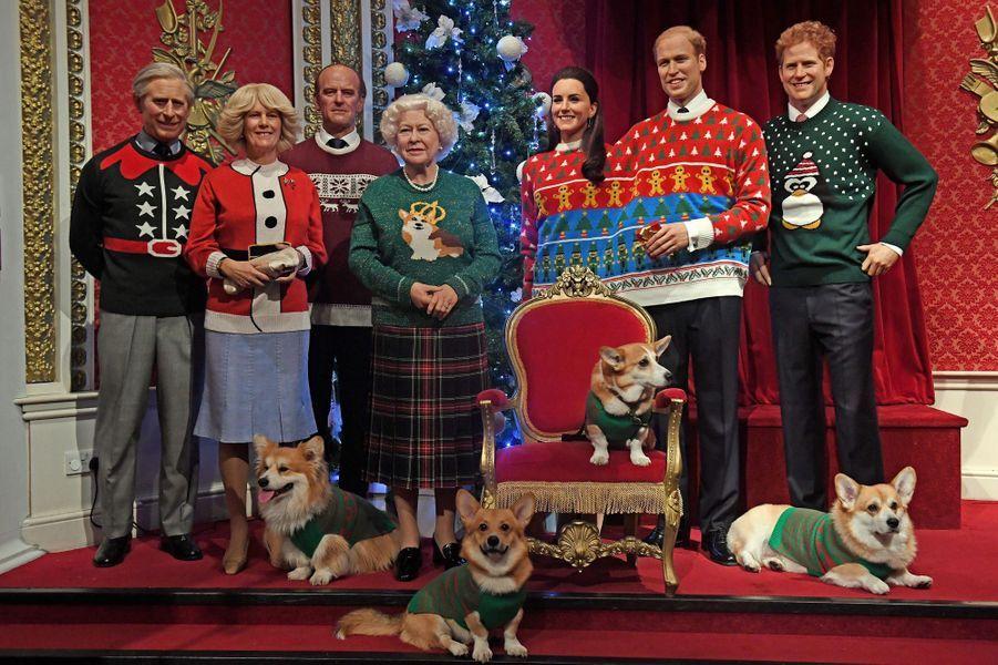 Les statues de cire de la famille royale britannique au musée Madame Tussauds à Londres en habits de Noël, le 6 décembre 2016