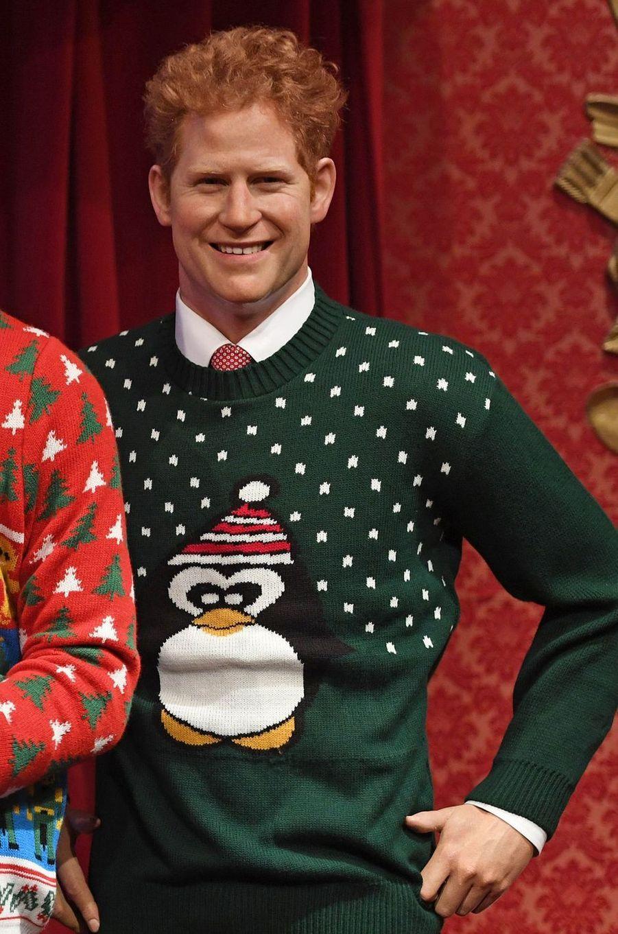 La statue de cire du prince Harry au musée Madame Tussauds à Londres en habits de Noël, le 6 décembre 2016