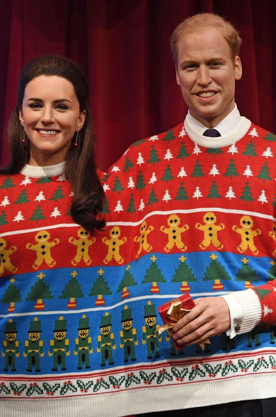 Les statues de cire de Kate Middleton et du princes William au musée Madame Tussauds à Londres en habits de Noël, le 6 décembre 2016
