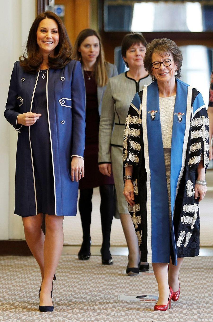 La duchesse Catherine de Cambridge dans un ensemble Jenny Packham à Londres, le 27 février 2018