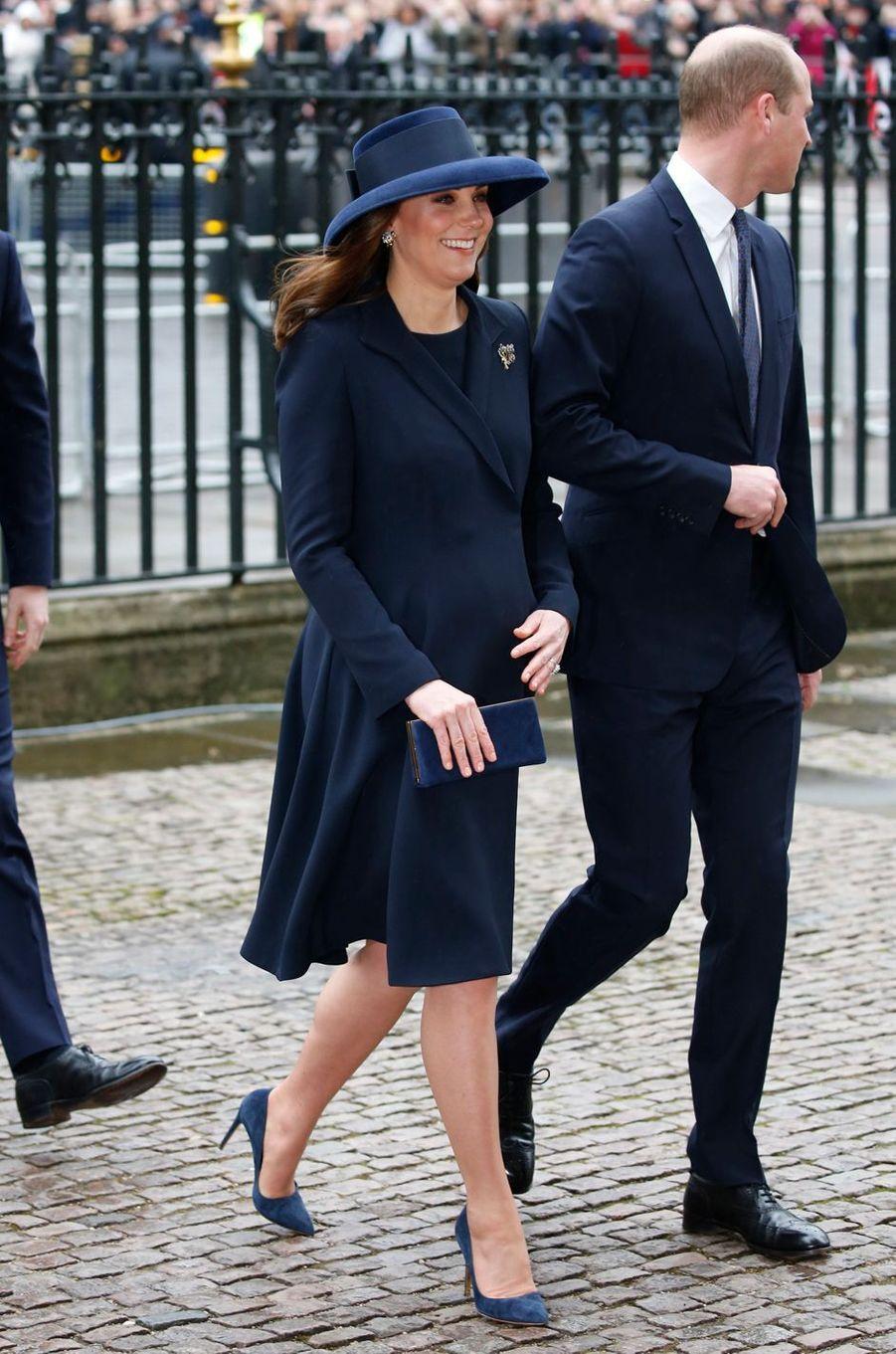 La duchesse Catherine de Cambridge dans un manteau et une robe Beulah London à Londres, le 12 mars 2018