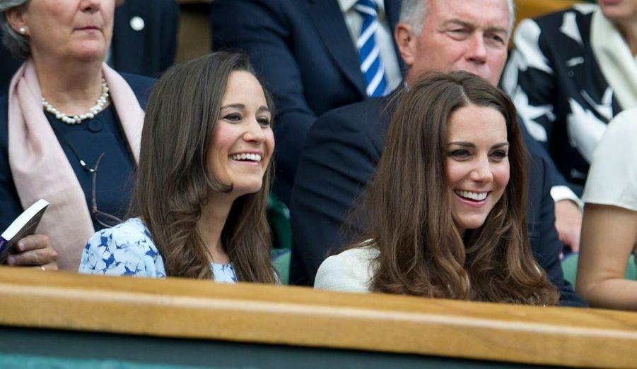 La duchesse de Cambridge a assisté dimanche à la finale masculine de tennis opposant Andy Murray à Roger Federer à Wimbledon en compagnie de sa sœur cadette, Pippa. Souriantes, mimant les mêmes expressions, le visage tantôt caché derrière des lunettes de soleil, les jeunes femmes ont fait preuve d'une tendre complicité.